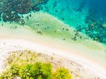 Luchttop down van de Eilandensumatra van meningsbanyak de tropische archipel Indonesië, Aceh, strand van het koraalrif het witte  royalty-vrije stock afbeeldingen
