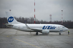 Luchtvaart een van Boeing 737-500 (vq-BJQ) UTair alvorens aan Pulkovo-luchthaven te vliegen Stock Foto