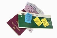 Luchtvaartlijnkaartje, paspoort en euro bankbiljetten Stock Afbeelding