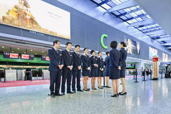 Luchtvaartpersoneel bij de Internationale Luchthaven van Hongqiao, Shanghai, China wordt geïnstrueerd dat Stock Afbeeldingen