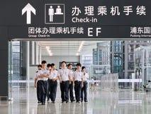 Luchtvaartpersoneel bij Pudong-Luchthaven, Shanghai, China Royalty-vrije Stock Foto's