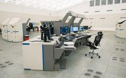 Luchtverkeersmonitor en radar in de ruimte van het controlecentrum Stock Afbeelding