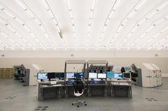 Luchtverkeersmonitor en radar in de ruimte van het controlecentrum Stock Foto
