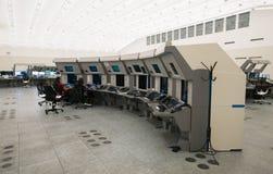 Luchtverkeersmonitor en radar in de ruimte van het controlecentrum Stock Fotografie