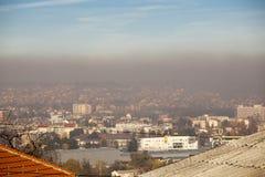 Luchtverontreinigingsluchtvervuiling in de winter, Valjevo, Servië royalty-vrije stock foto's