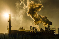 Luchtvervuiling die uit fabriek komen Royalty-vrije Stock Foto's
