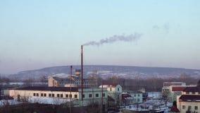 Luchtvervuiling door Bedrijven Grote Installatie op de Achtergrond van de Stad Pijpen die rook in de hemel werpen stock footage
