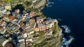 Luchtvideo die met hommel op Manarola één van beroemde Cinqueterre schieten Royalty-vrije Stock Foto's