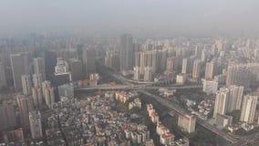 Luchtvideo die, verbinding op verscheidene niveaus op de weg in de stad schieten