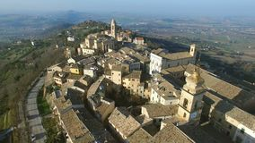 Luchtvideo - Pollenza, Oude stad in Marche Italië stock footage
