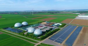 Luchtvideo van Biogasinstallatie De vlucht over Biogaselektrische centrales, complexe landbouw en de serre is uitgerust met stock footage