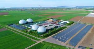 Luchtvideo van Biogasinstallatie De vlucht over Biogaselektrische centrales, complexe landbouw en de serre is uitgerust met stock videobeelden