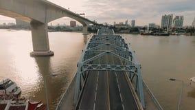 Luchtvideo van de Brug van Krung Thep bij zonsondergang stock video
