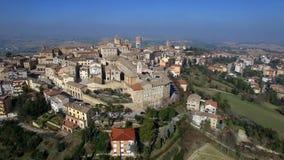Luchtvideo van Filittrano - Marche, Italië - Oude heuvelstad stock footage
