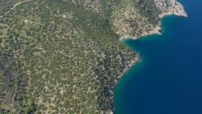 Luchtvideo van Grieks eiland Poros Vagioniabaai Paralia Vagonia Blauwe water en heuvels Epische panaramic lengte stock video