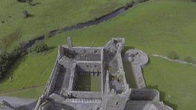 Luchtvideo van het beroemde Ierse openbare oriëntatiepunt, quin abdij, provincie Clare, Ierland stock videobeelden