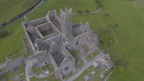 Luchtvideo van het beroemde Ierse openbare oriëntatiepunt, quin abdij, provincie Clare, Ierland stock footage
