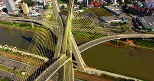 Luchtvideo van kabel-Gebleven brug in Sao Paulo, Brazilië stock video