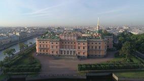 Luchtvideo van St Michael ` s Kasteel in Heilige Petersburg, Rusland Ochtend, zacht licht stock video