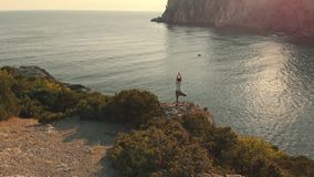 Luchtview woman do yoga bij zonsondergang