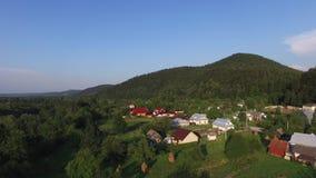 Luchtvlieg omhoog over dorp stock footage