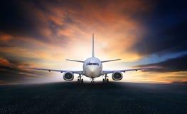 Luchtvliegtuig die op het gebruik van luchthavenbanen voor lucht t voorbereidingen treffen op te stijgen Royalty-vrije Stock Afbeelding