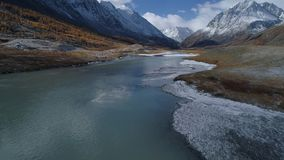 Luchtvlucht boven tentkamp in bergvallei stock footage