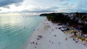 Luchtvlucht boven witte strand en Willy Rots bij Boracay-Strand stock videobeelden