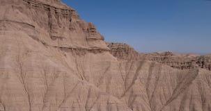 Luchtvlucht in de woestijn over scherpe zandige klippen, bergen stock video