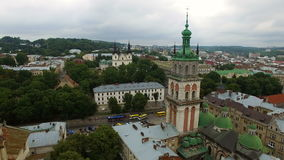 LUCHTvlucht dichtbij Kerk in Lviv Panorama Lviv: oude stad en andere voorwerpen stock videobeelden