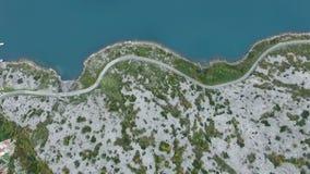 Luchtvlucht die neer op klippen en kustlijn kijken stock footage