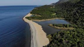 Luchtvlucht met hommel DJI over mooie groene bergen en wit zandig strand 4K stock footage