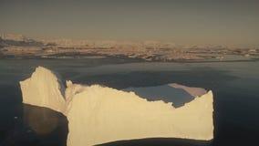 Luchtvlucht over de zonovergoten ijsberg antarctica stock video