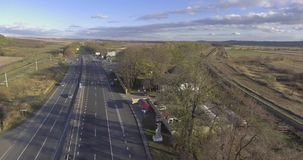Luchtvlucht over huizen en straten stock videobeelden