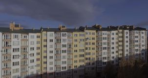 Luchtvlucht over huizen in stad stock video