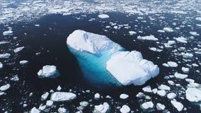 Luchtvlucht over ijsberg onder de oceaan van Antarctica stock footage