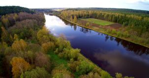 Luchtvlucht over rivier Neris in Litouwen stock video