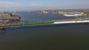 Luchtvlucht over Walt Whitman Bridge Stock Fotografie