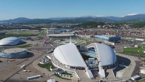 Luchtvoetbalstadion Fischt Sotchi, Adler, Rusland, Olympisch die Toorts en Fisht-stadion voor de Winterolympische spelen wordt ge stock videobeelden