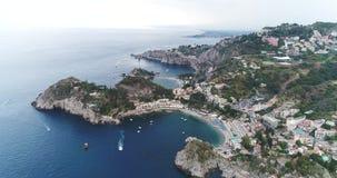 Luchtvogelmening die voorbij landschap van de klippen het grote kustlijn en verbazende Mediterrane landschap en baai met botenjac stock video