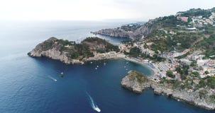 Luchtvogelmening die voorbij landschap van de klippen het grote kustlijn en verbazende Mediterrane landschap en baai met botenjac stock videobeelden