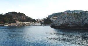 Luchtvogelmening die voorbij landschap van de klippen het grote kustlijn en verbazende Mediterrane landschap en baai met botenjac stock footage