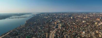Luchtvoronezh-stadspanorama van hierboven met gebouwen, rivier met bruggen, rads en autoverkeer, hommelfoto stock foto's