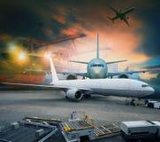 Luchtvracht en vrachtvliegtuiglading in logistisch luchthavengebruik voor het verschepen en de logistische industrieën stock afbeelding