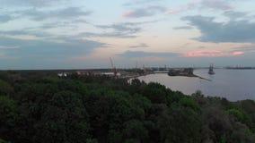 Luchtvuurtoren episch cinematic schot met zeer kleine wolken en warme schemer - de Hommelmening van bovengenoemde rivier gaat de  stock video