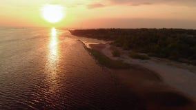 Luchtvuurtoren episch cinematic schot met zeer kleine wolken en warme schemer - de Hommelmening van bovengenoemde rivier gaat de  stock videobeelden