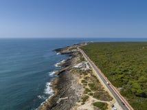 Luchtzeegezichtkustlijn dichtbij Cascais, Portugal stock fotografie