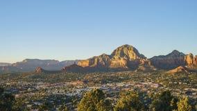 Luchtzonsondergangmening van de Capitoolbutte berg en cityscape van Sedona stock video