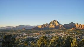 Luchtzonsondergangmening van de Capitoolbutte berg en cityscape van Sedona stock videobeelden