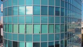 Luchtzonsondergangvideo van Commercieel van Moskou Internationaal centrum De camera die omhoog de wolkenkrabber` s voorgevel van  stock video